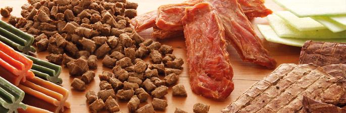 Leckerli-Probier-Pakete mit Keksen und Kauartikeln für Hunde.